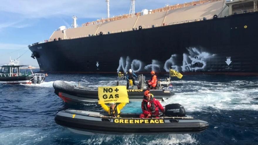 Greenpeace bloquea un buque de gas en el puerto de Sagunto