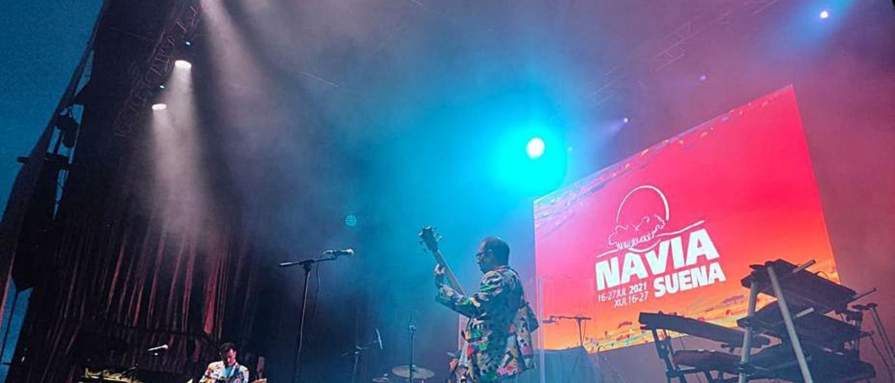 """Un momento de la actuación de """"Otus Scops"""" en el escenario del festival """"Navia Suena""""."""