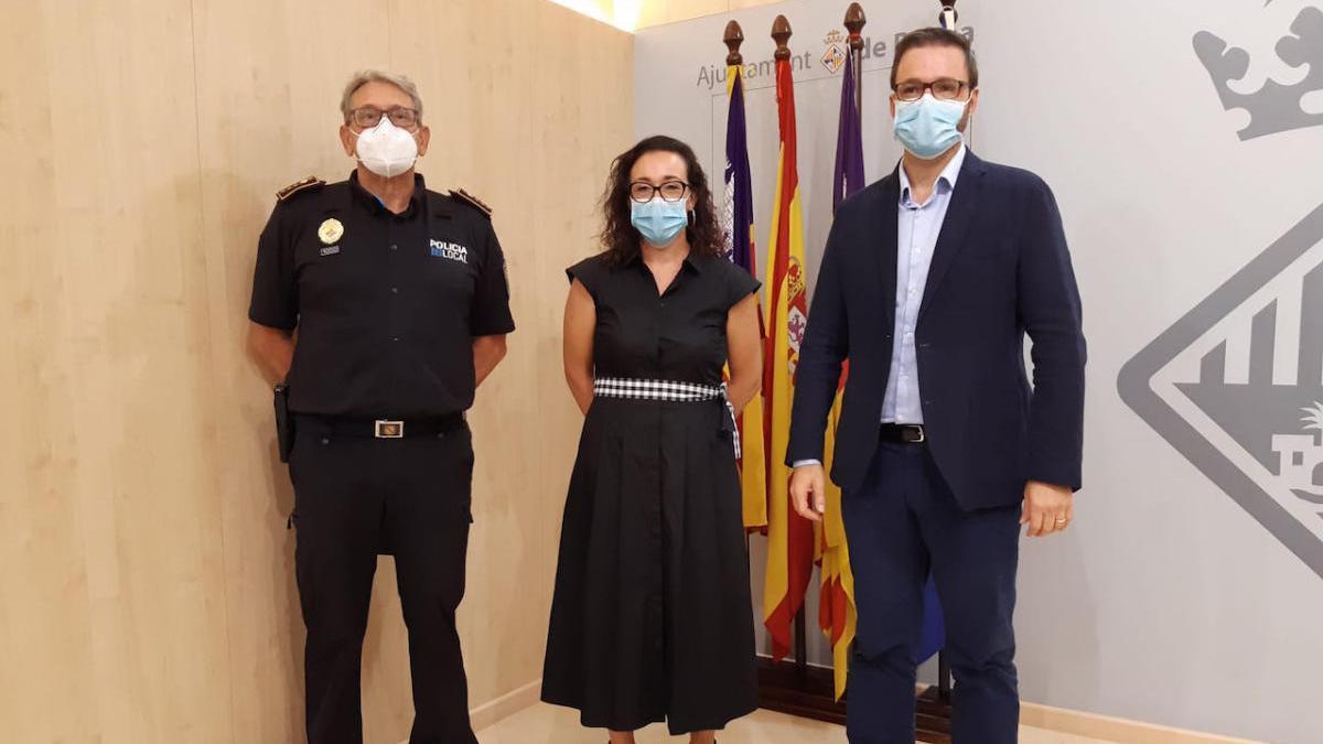 El jefe de la Policía, José Luis Carque; la concejala Joana Maria Adrover y el alcalde presentaron el dispositivo.