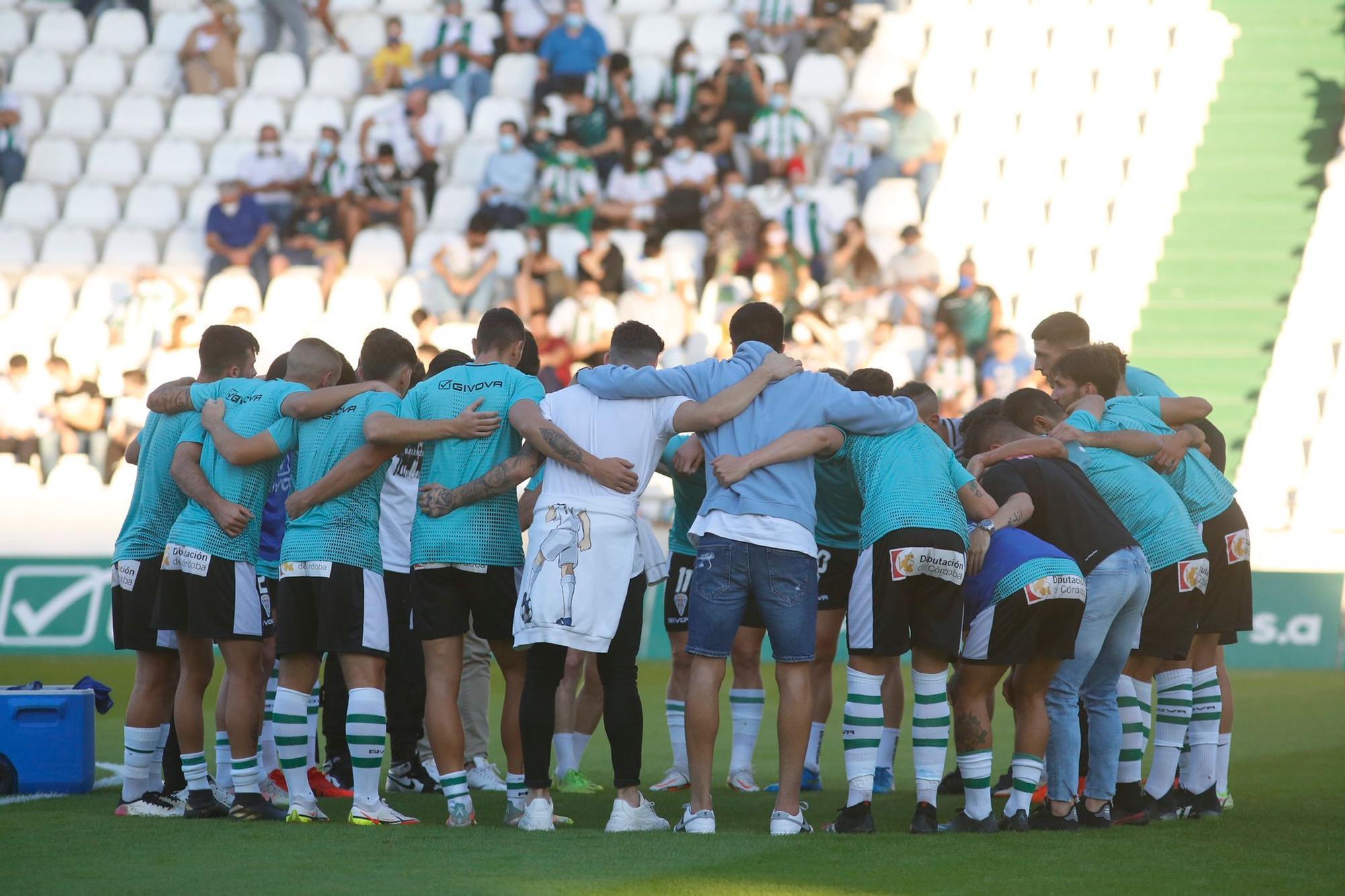 Los jugadores del Córdoba CF hacen piña antes del inicio del partido.