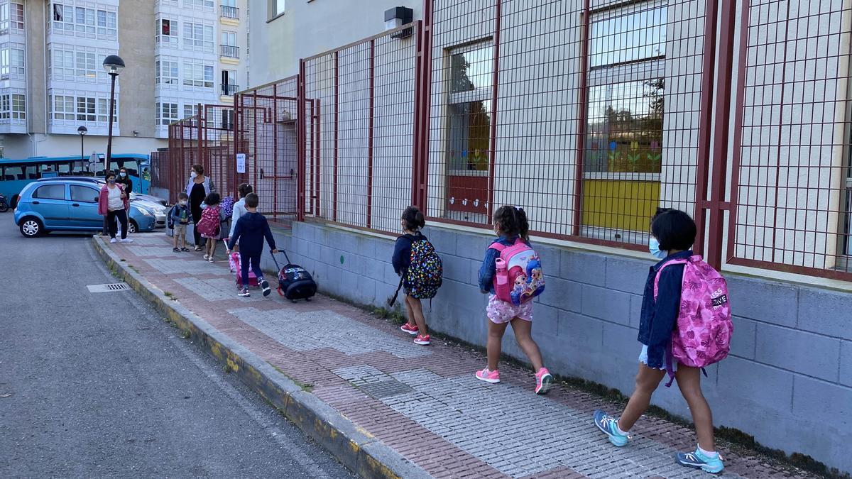 Escolares del colegio Fernández Flórez de Cambre entran al centro.