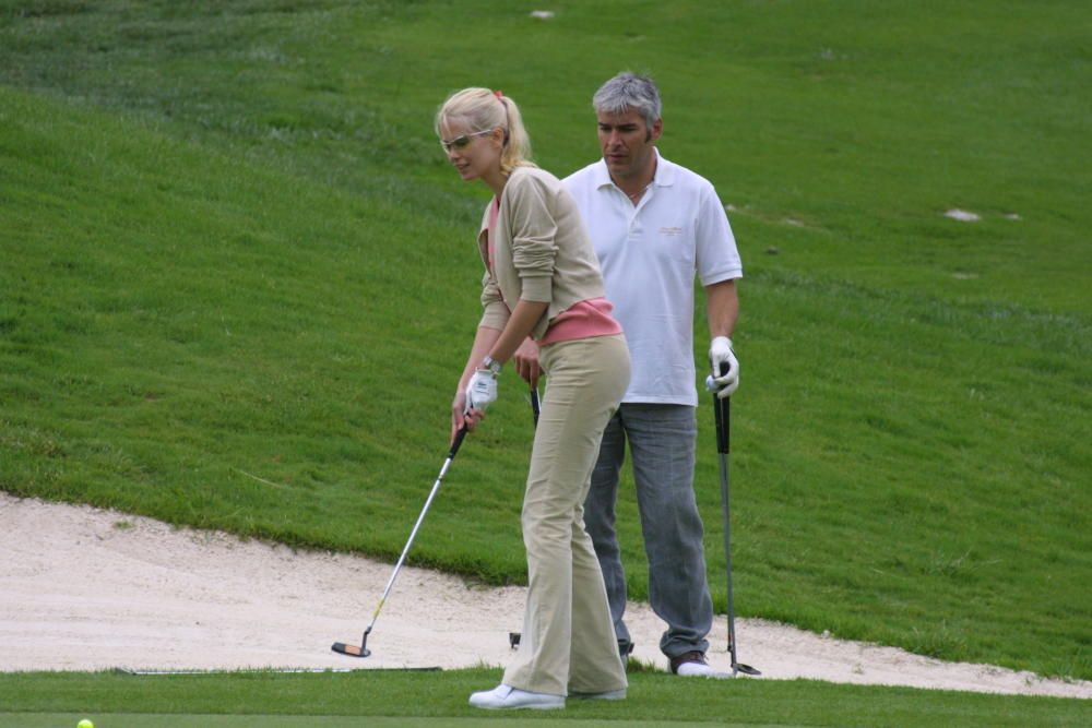 Claudia Schiffer jugando a gold en Camp de Mar