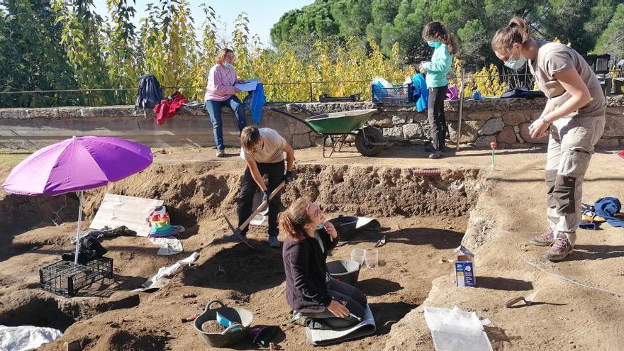 Troben deu tombes noves i una làpida de dos metres de llarg a la necròpolis de Sant Martí de Romanyà