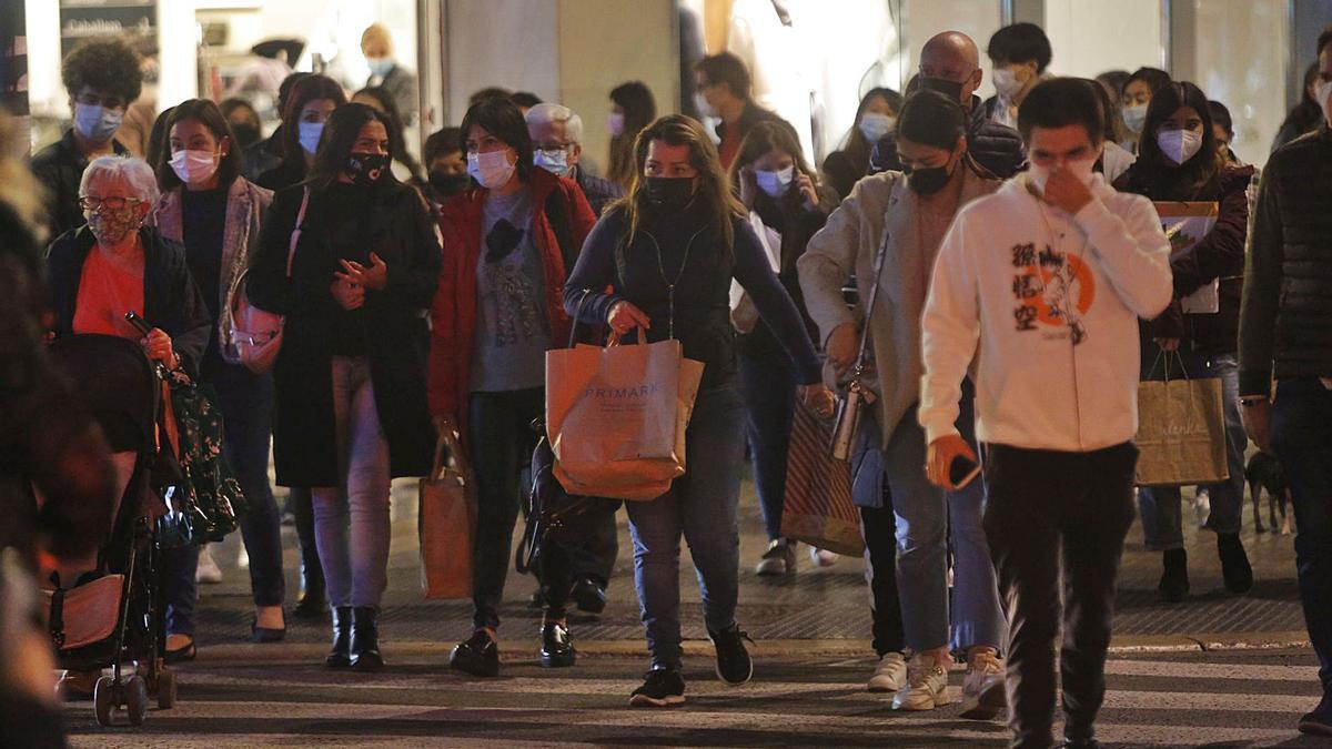 La céntrica calle Colón de València, ayer por la tarde, con ciudadanos de paseo y compras.   EDUARDO RIPOLL