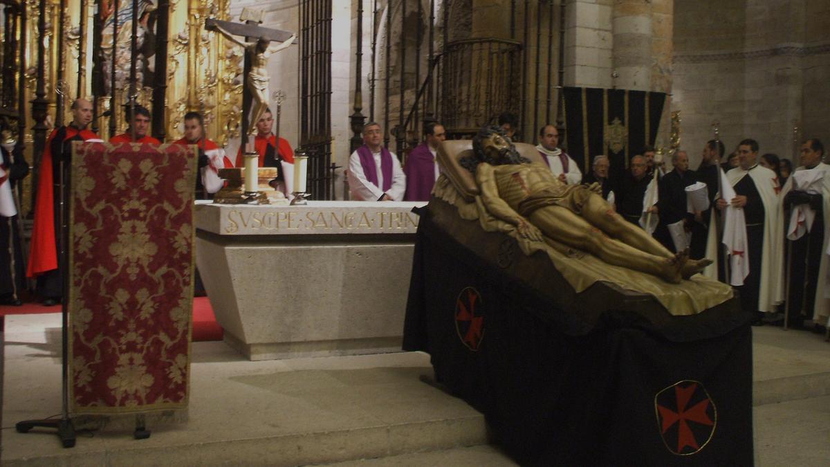 Hermanos de la cofradía entonan las cinco llagas en una edición anterior de la Semana Santa