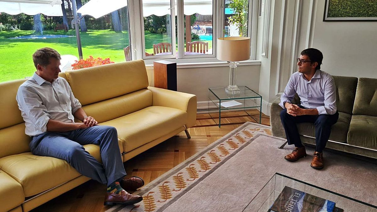 El embajador británico Hugh Eliott, reunido ayer con el conseller Negueruela.   CAIB