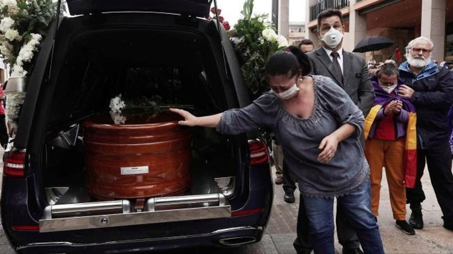 Córdoba ofrece su último adiós a Julio Anguita con aplausos y vítores