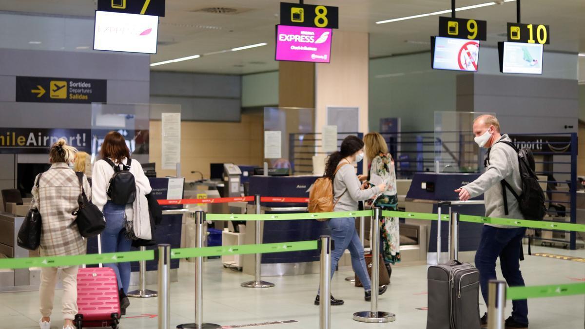Turistas en el aeropuerto de Ibiza. J. A. Riera