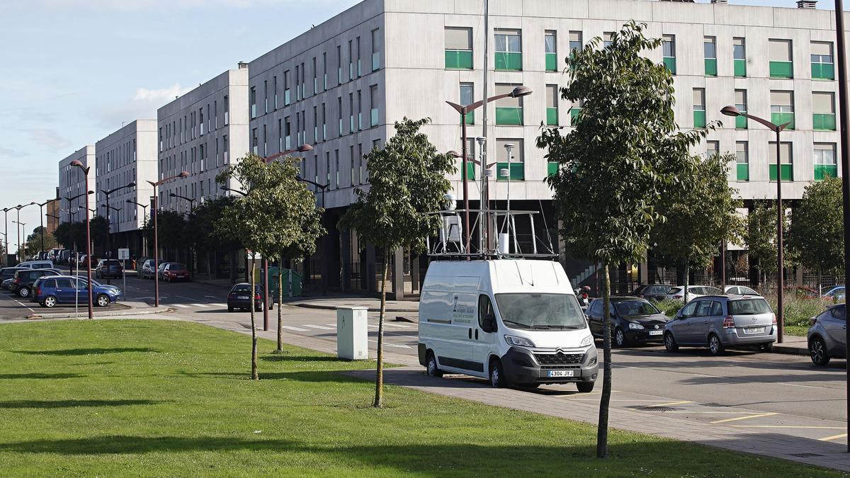La unidad móvil del Ayuntamiento de Gijón en El Lauredal, donde se emplazará la estación de control del Principado.