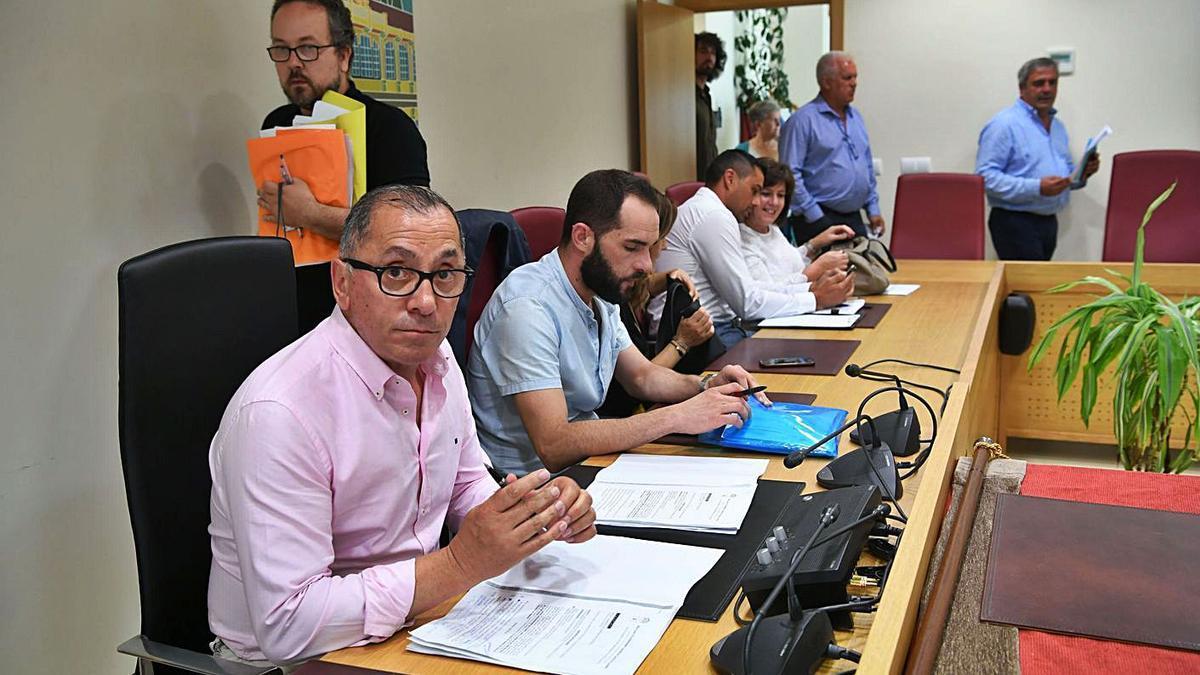 El alcalde de Carral, Javier Gestal, en un pleno local en 2019. |   // CARLOS PARDELLAS