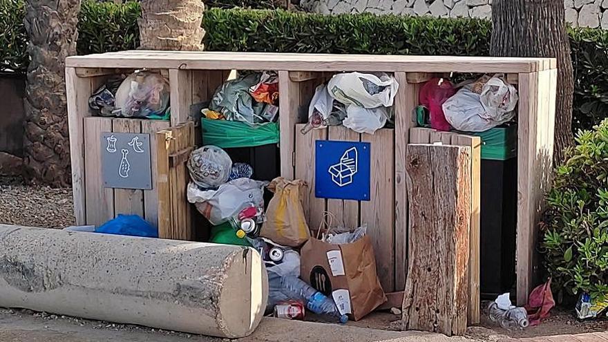 Masificación y basura desperdigada en la Cala Blanca de Xàbia