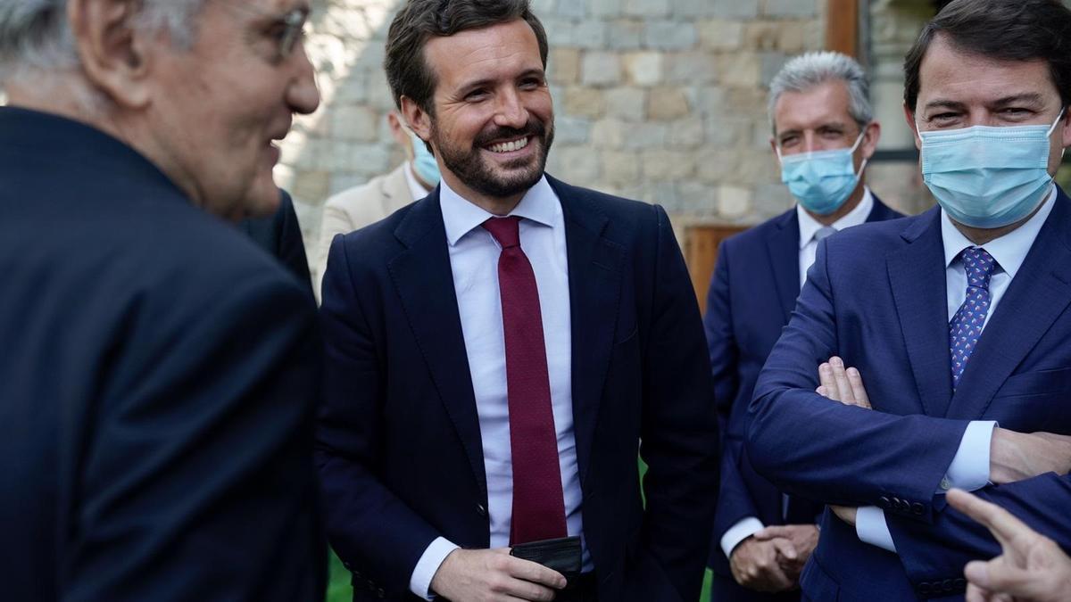 El presidente del PP,  Pablo Casado, junto al presidente de Castilla y León, Alfonso Fernández Mañueco, y el exministro Rafael Arias Salgado.