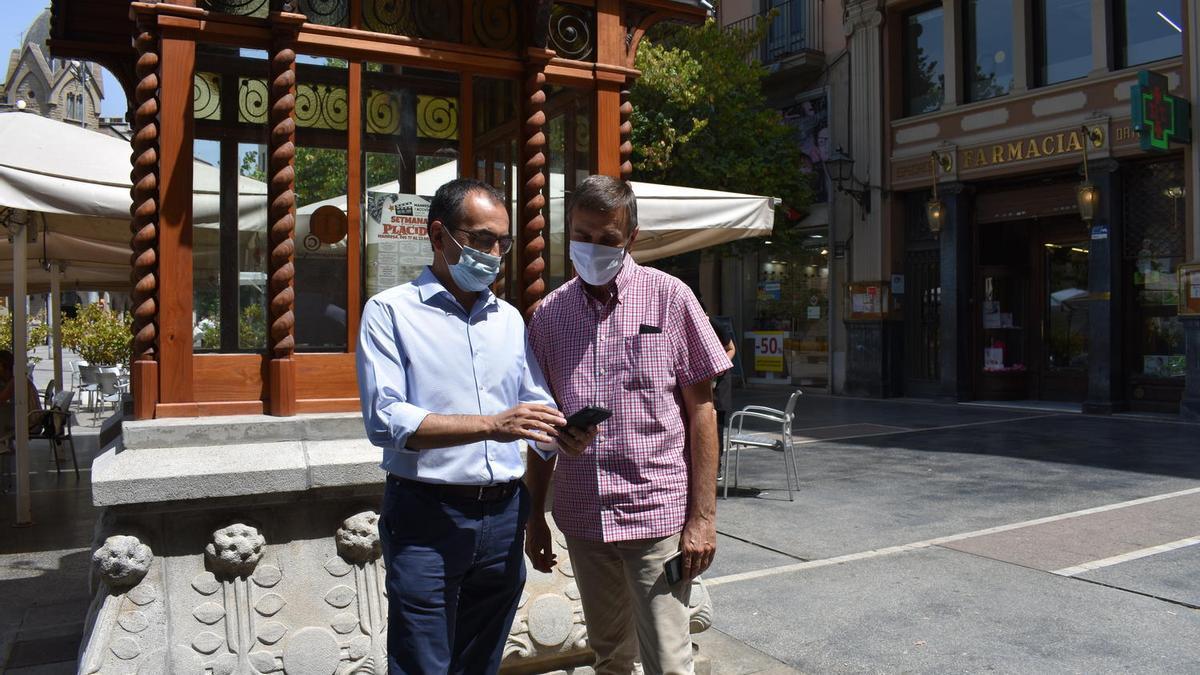 Els regidors Josep Gili i Joan Calmet a la plaça Sant Domènec, un dels punts amb accés gratuït a Internet.