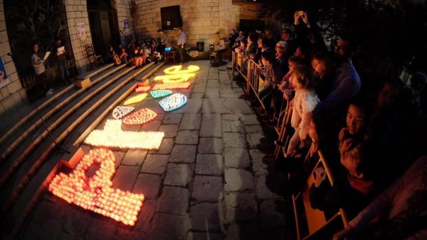 L'encesa solidària de La Salle Figueres il·lumina la plaça de Sant Pere