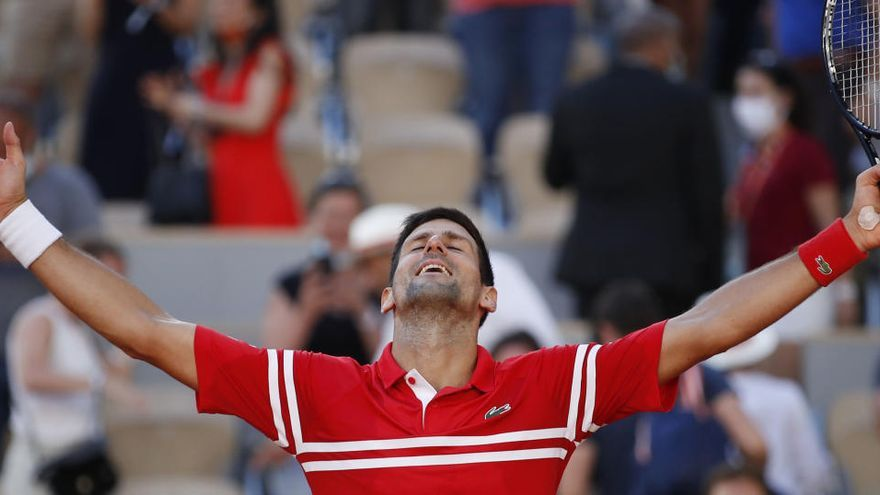 Djokovic remonta a Tsitsipas y conquista Roland Garros
