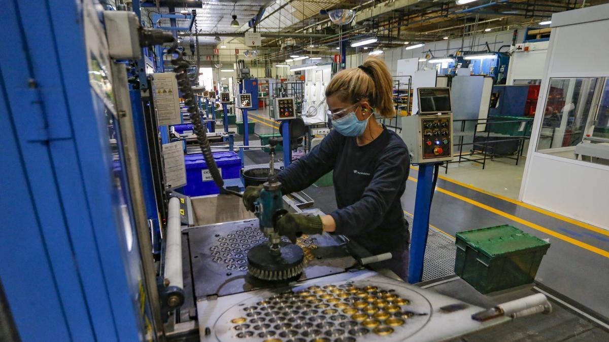 Una empleada trabaja en la planta de Catelsa en una fotografía de archivo, tomada en el mes de octubre del año pasado.