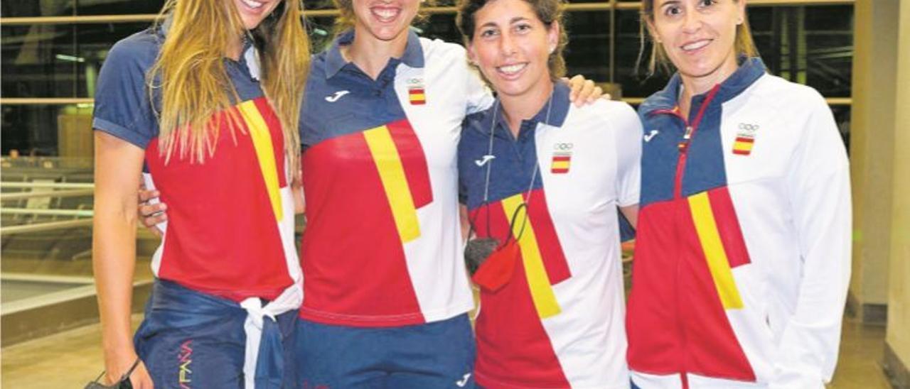 Carla Suárez -segundo por la derecha – arropada por –de izq. a dch.– Paula Badosa, Sara Sorribes y la seleccionadora Anabel Medina, el sábado en el Aeropuerto de Barajas.