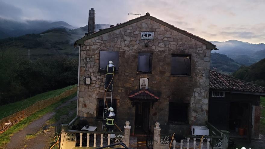 Los bomberos extinguen un incendio en una casa en localidad de Vega del Ciego, en Lena