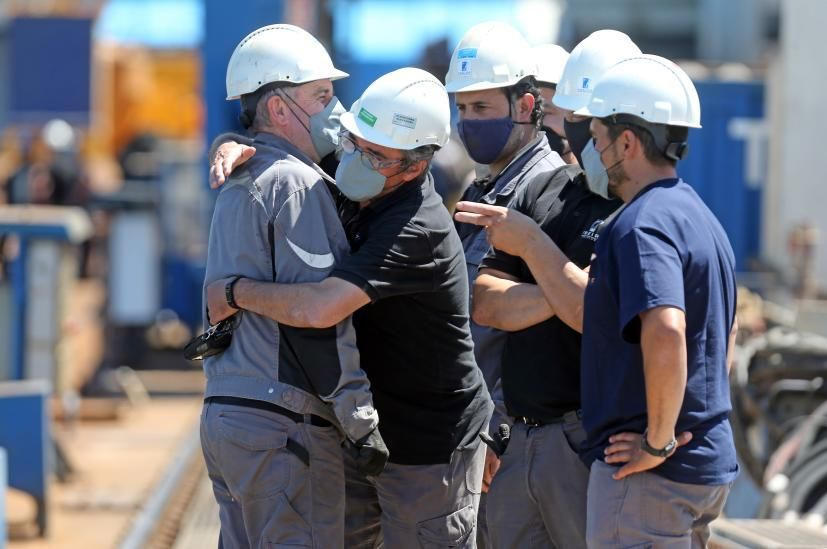 Loa abrazos entre los operarios de Freire tras la botadura
