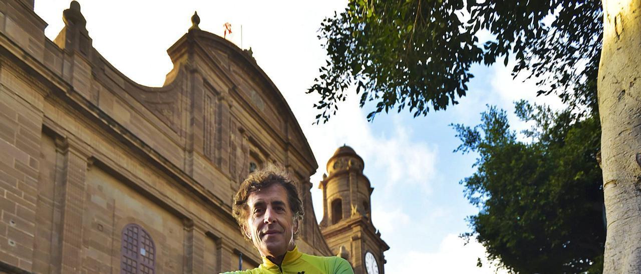 Pedro Delgado posa con su bici delante del Templo Matriz de Santiago de los Caballeros de Gáldar, el pasado jueves. | | ANDRÉS CRUZ