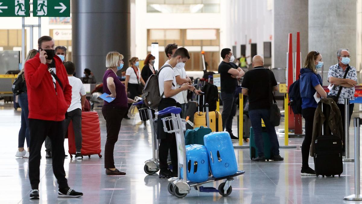 Llegada de turistas al aeropuerto de Málaga a mediados de mayo.