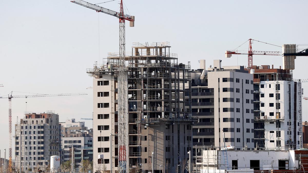 Las compraventa de vivienda suaviza su caída en febrero.
