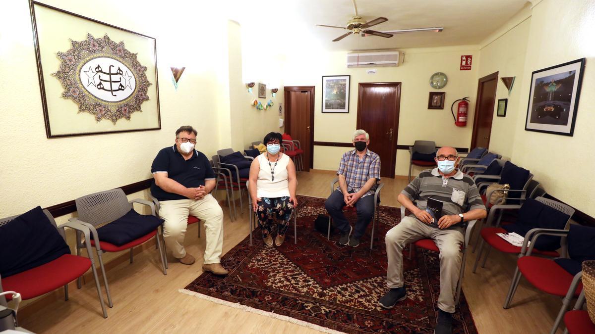 Cuatro miembros de la comunidad bahá´í en Zaragoza, este sábado en su local del barrio Delicias.