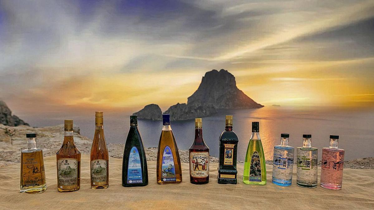 Una amplia gama de bebidas elaboradas con hierbas de los campos de las Pitiüses.   FOTO: IMAM COMUNICACIÓN