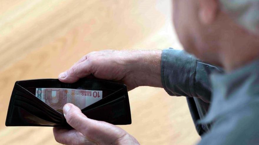 La Guardia Civil ayuda a un octogenario a encontrar el dinero que había escondido en su casa