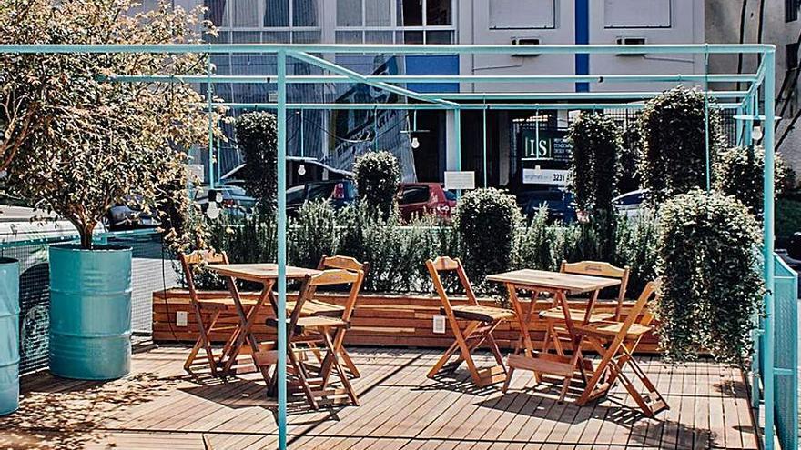 La capital apuesta por sustituir plazas  de estacionamiento por mesas y sillas
