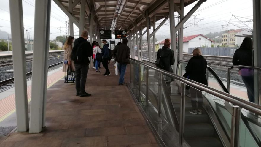 """La reducción de frecuencias de tren deja """"tirados"""" a decenas de estudiantes"""