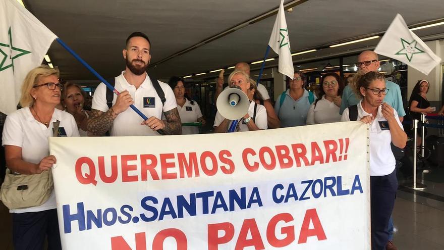 Los trabajadores de limpieza de estaciones de guaguas piden ayuda ante el impago de sus salarios