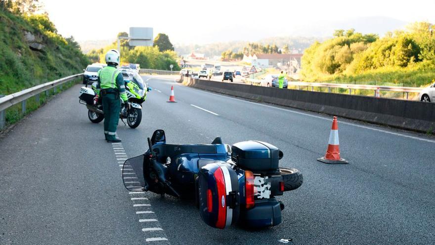 Un motorista fallece al chocar contra una señal en Pontevedra