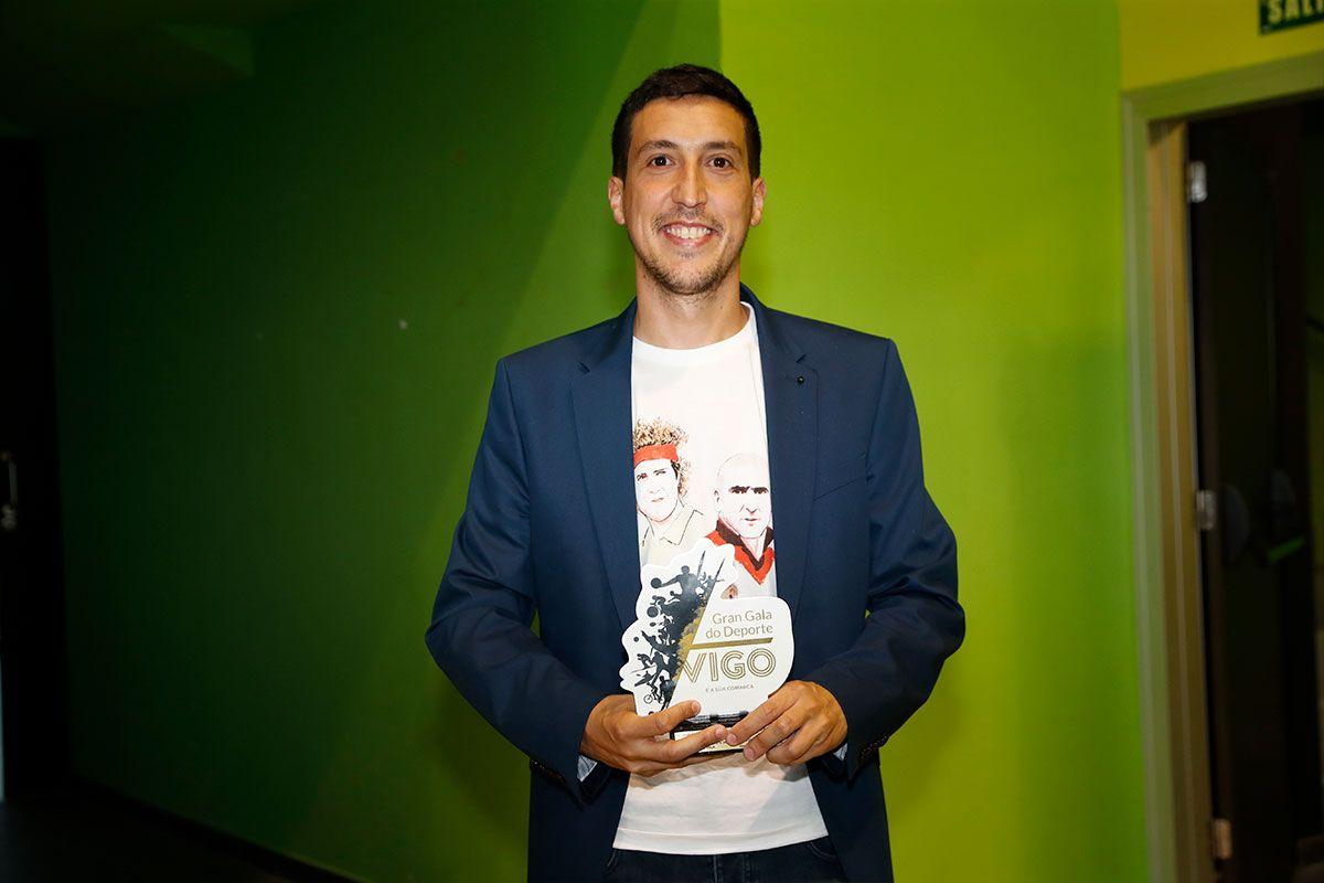 Miguel, recibe el premio de Nico Rodríguez
