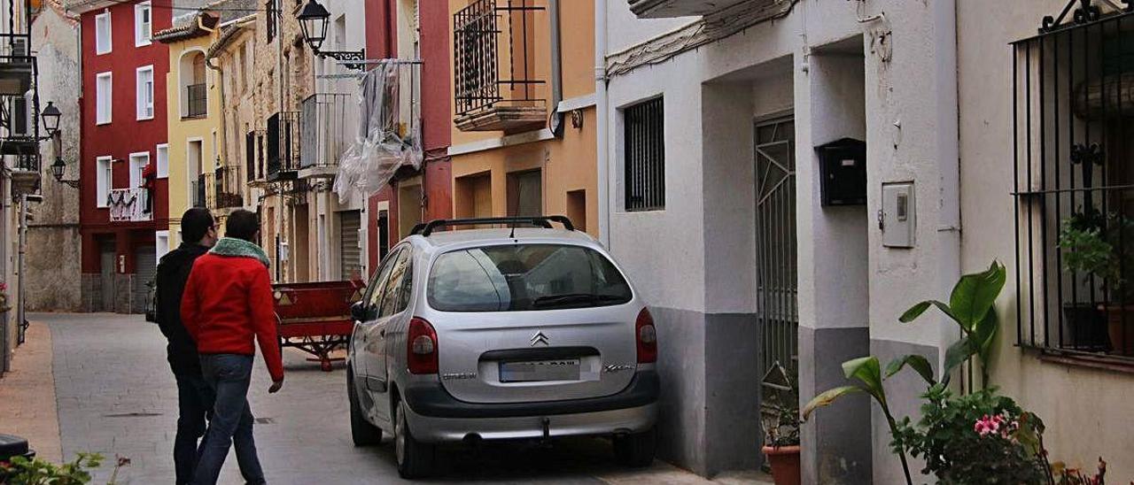Dos personas ante una casa en venta en Alcoleja, localidad cuyo Ayuntamiento ha solicitado la reapertura de la escuela cerrada en 2008.