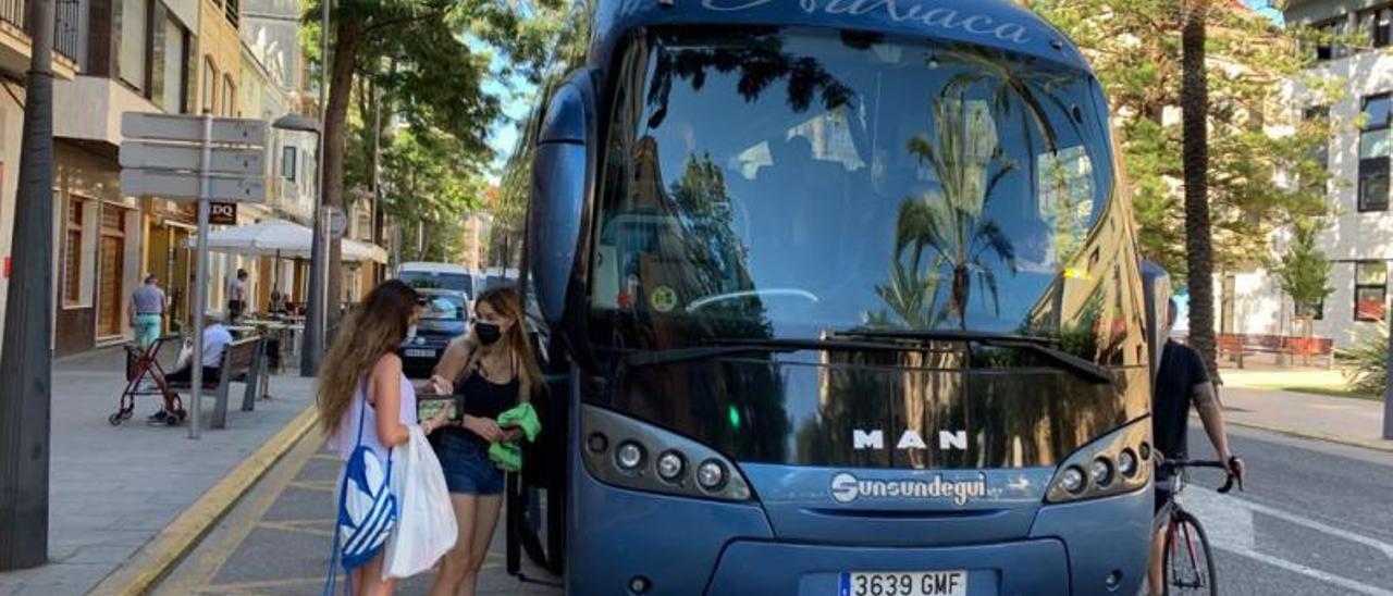 Usuarias del servicio de autobuses de Catarroja que se dirije a la playa de la Malvarrosa. | A.C.