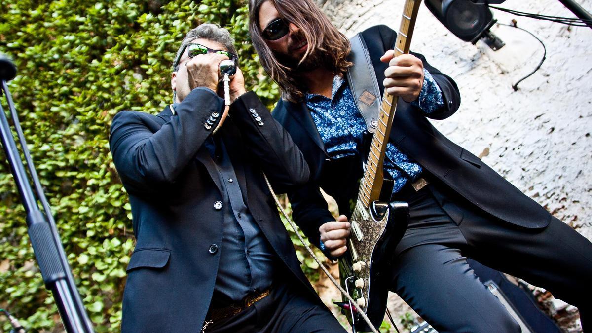 Dos artistas en el festival de blues de Cáceres durante un concierto en el Corral.