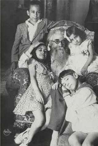 valle con sus hijos mariquiña-maría antonia- carlos y jaime 1928.jpg