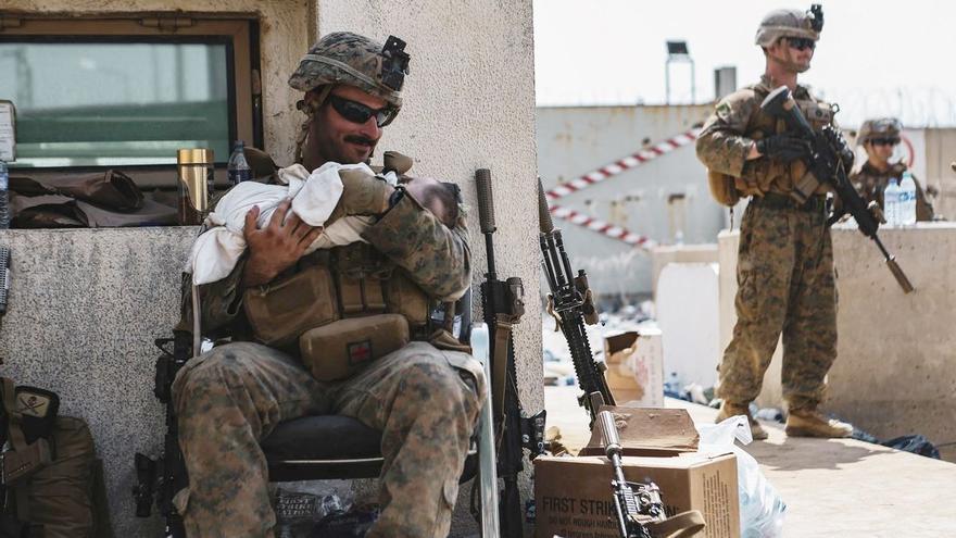 El bebé que pasó por encima del muro del aeropuerto de Kabul ya está con su familia