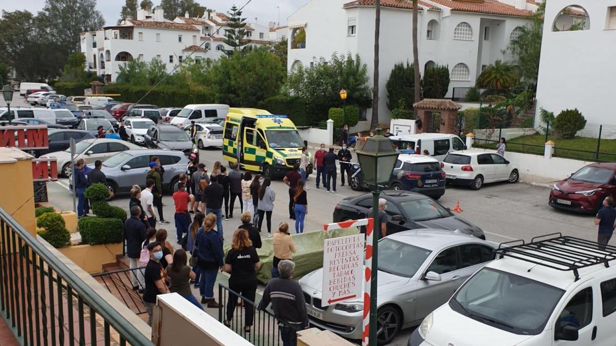 El joven ha sido hallado herido en la avenida de las Acacias de Estepona