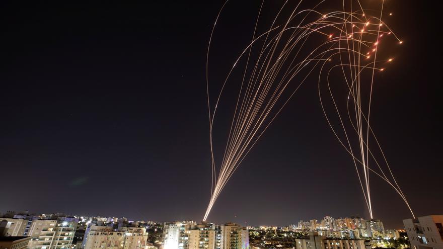 Bombas israelíes derriban un edificio de viviendas en la zona palestina de Gaza