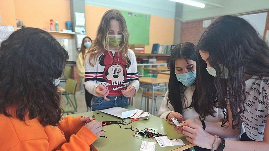 Els alumnes de l'escola de la Coromina, a Cardona, elaboren polseres solidàries