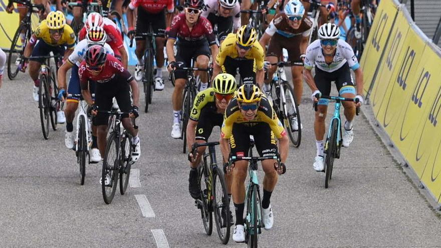 Van Aert sigue inspirado y es el primer líder del Dauphiné, preludio del Tour