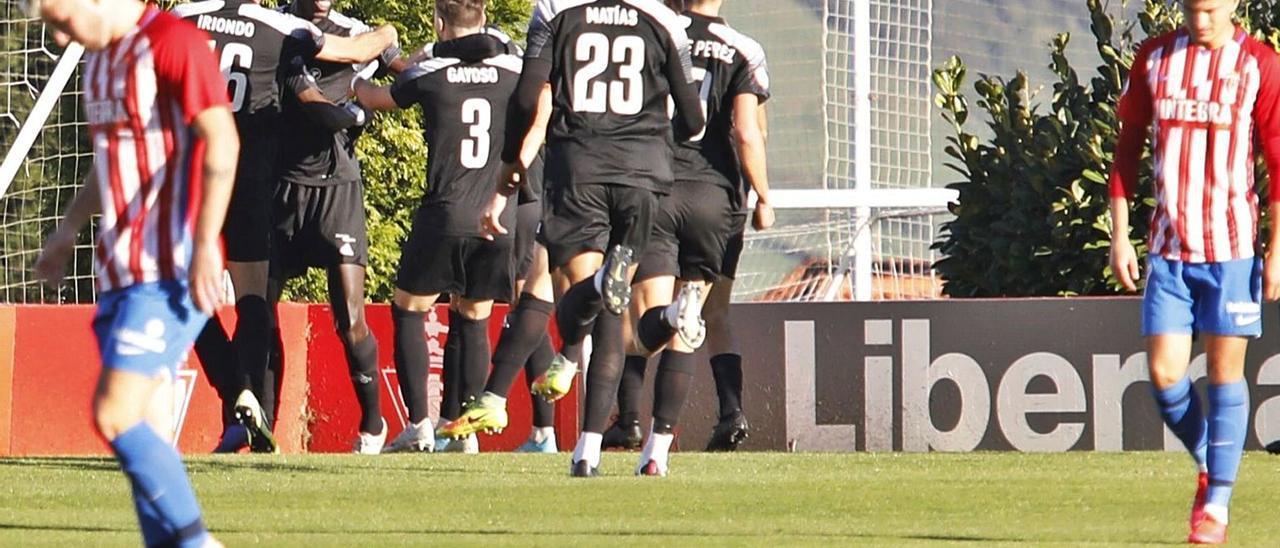 Los jugadores del Lealtad celebran el primer gol ante el rojiblanco César, a la izquierda, y Marcos Trabanco. | Ángel González
