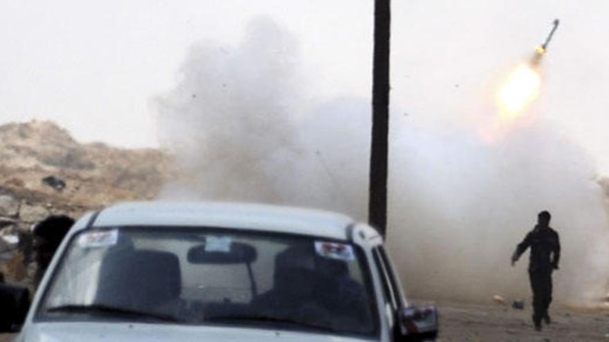 Rebeldes y tropas de Gadafi luchan por controlar Ajdabiya