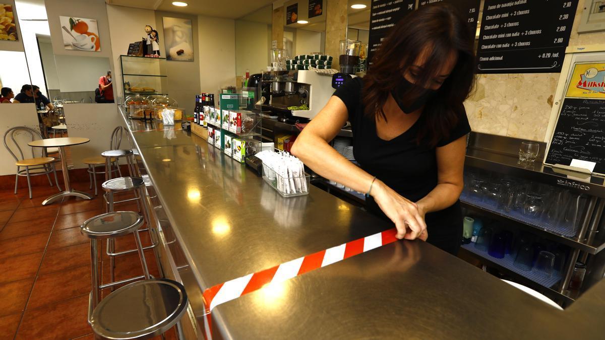 En la Chocolatería Cortes de Aragón ya se preparan para reabrir la barra, ayer.