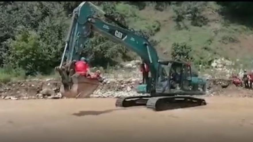 Laborioso rescate en una excavadora de una mujer de 85 años