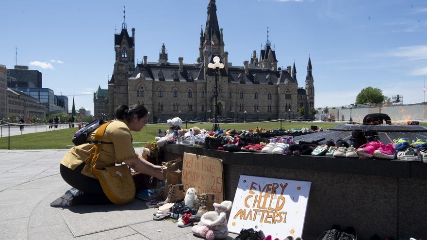 Ascienden a más de 750 las tumbas de niños indígenas en otro internado en Canadá