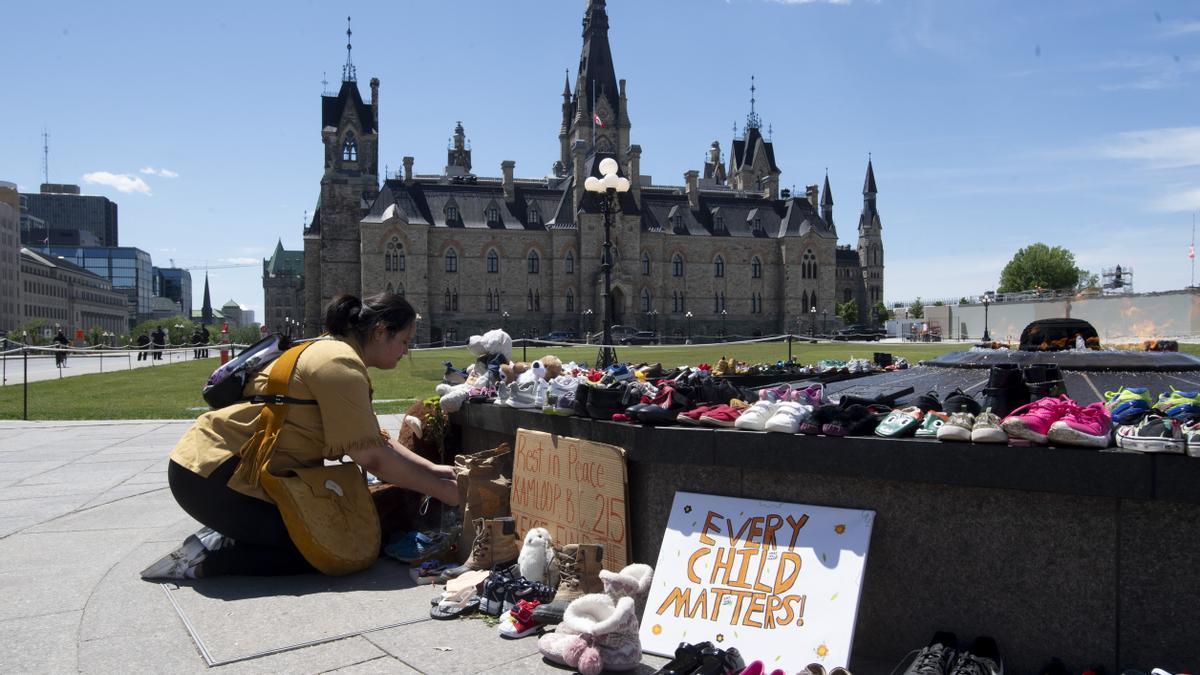 Protestas tras el hallazgo de cadáveres de niños indígenas cerca de un internado n Canadá.