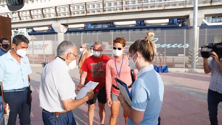 Atraca en Málaga el primer crucero que visita la península tras el parón de la Covid-19